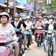 traverser la rue au milieu des motobykes
