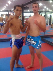 En photo avec un champion de muay thai lors de mon stage en Thailande